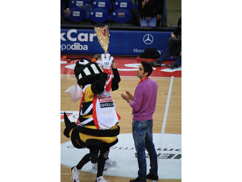 La macotte pesarese alza la coppa Cev di fronte al nuotatore Filippo Magnini