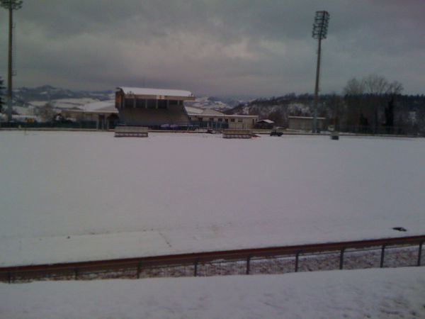 Lo stadio Montefeltro di Urbino coperto di neve