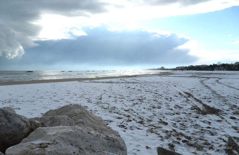 15 dicembre 2010, la spiaggia di San Benedetto con la neve