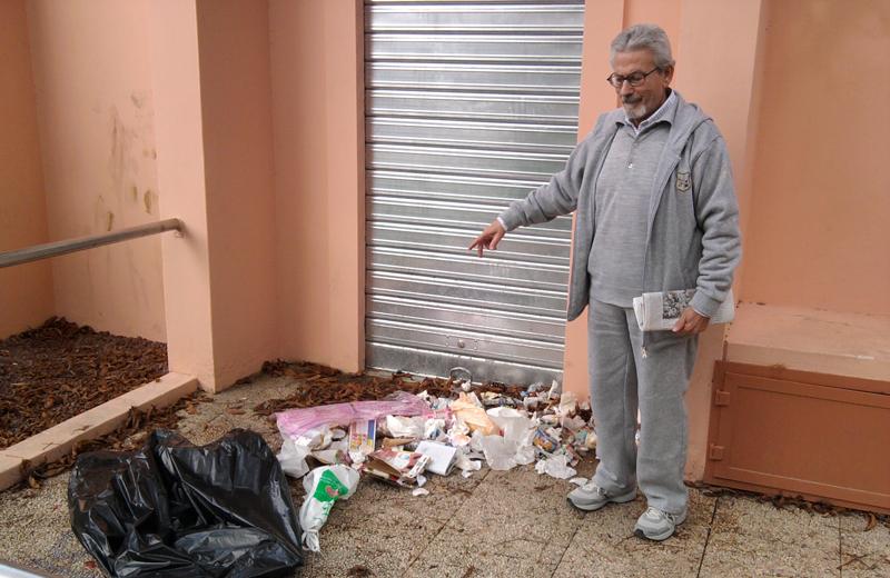 Tonino Armata evidenzia la sporcizia in via Olindo Pasqualetti