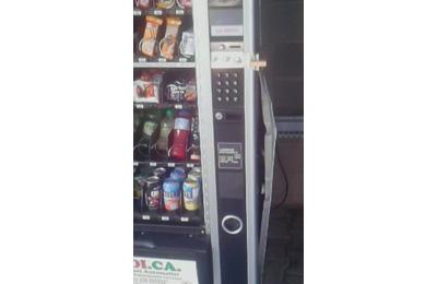 Uno dei distributori automatici scassinati