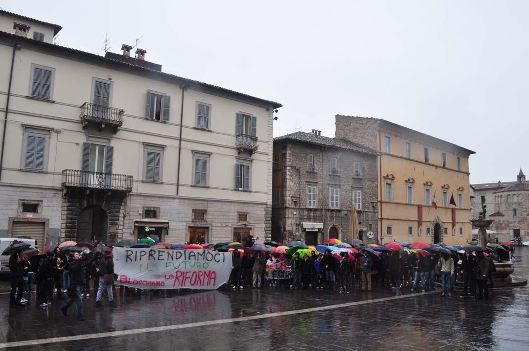Gli studenti della Facoltà di Architettura protestano contro la Gelmini, 30 novembre, qui in Piazza Arringo