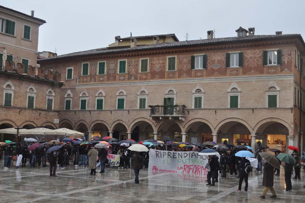 Gli studenti della Facoltà di Architettura protestano contro la Gelmini, 30 novembre, qui in Piazza del Popolo