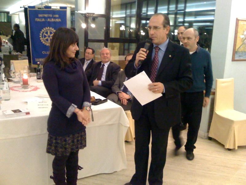Premio Olivieri 2010. Alceo Spinozzi premia la prima classificata ex equo Mariagela Falcioni