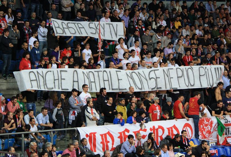 Protesta dei Pesaresi contro Sky che ha anticipato la gara Pesaro-Montegranaro al giorno di Natale
