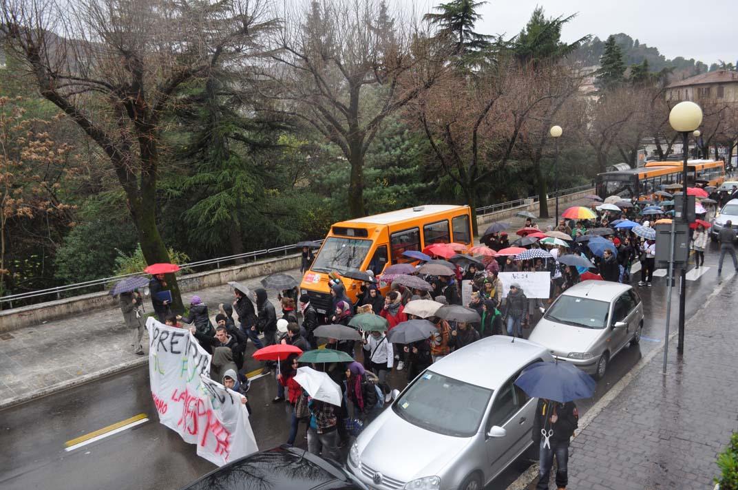 Gli studenti della Facoltà di Architettura protestano contro la Gelmini, 30 novembre, qui in Viale De Gasperi