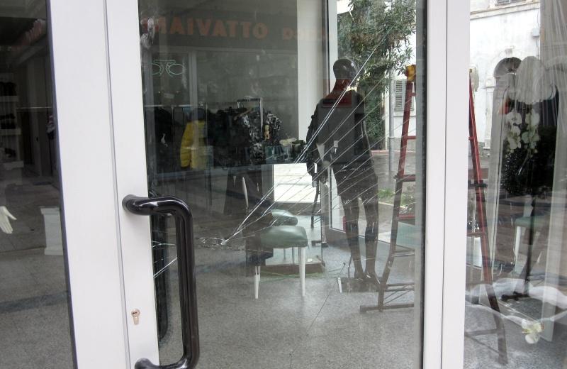 Vogue Boutique, la vetrina dopo il furto del 15 dicembre 2010