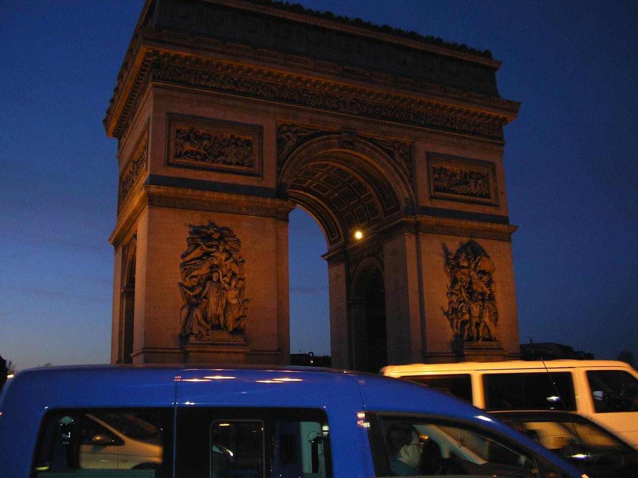Traffico sotto l'arco di trionfo a Parigi