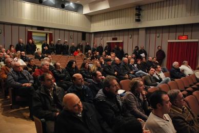 La sala Don Marino con alcuni cittadini durante l'incontro