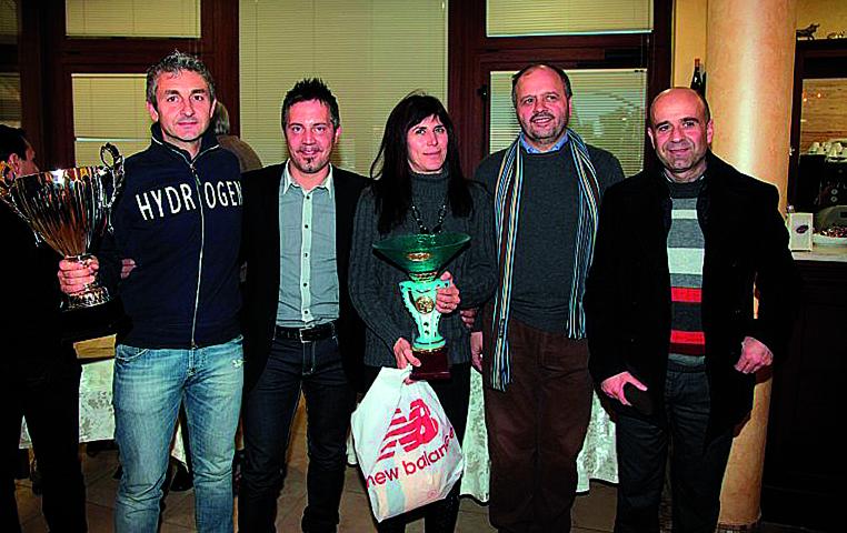 Domenico Piunti, il secondo da sinistra, assieme agli atleti dell'Avis Sbt, al sindaco Gaspari e all'assessore Fanini (foto Travaglini)