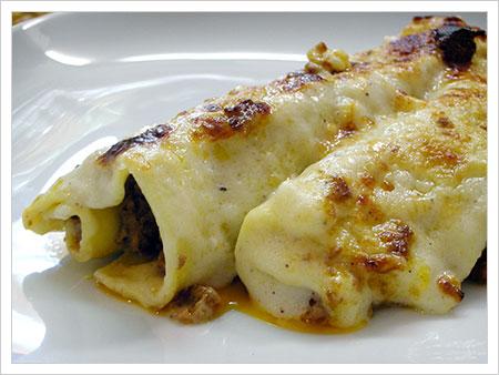Cannelloni al radicchio con pancetta e scamorza in crosta di nocciole