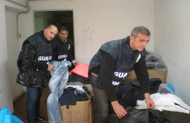 Il sequestro dei capi di abbigliamento a Martinsicuro