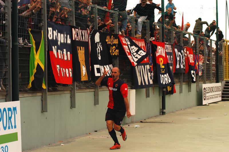 Covelli, che esultanza a Teramo dopo il gol, foto d'archivio campionato 2010-11 (TROIANI)