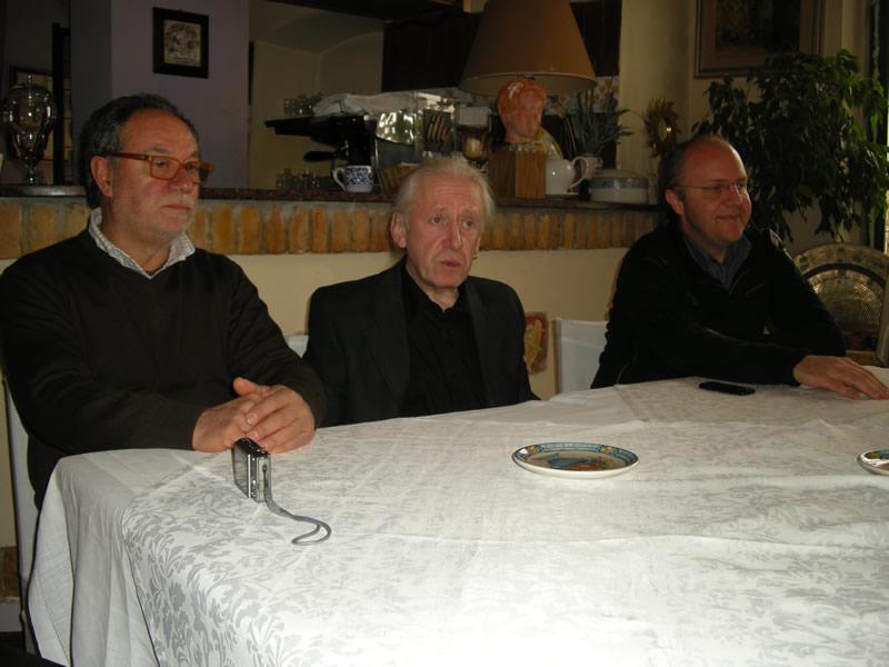 Da sinistra Ercole Arturo presidente dell'Associazione Arte viva, Joe Vescovi, Elio Giobbi presidente Assoartisti Adriatico