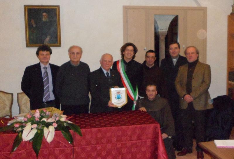 La delegazione monteprandonese a Mantova: al centro Jacopo Mozzoni con fascia tricolore