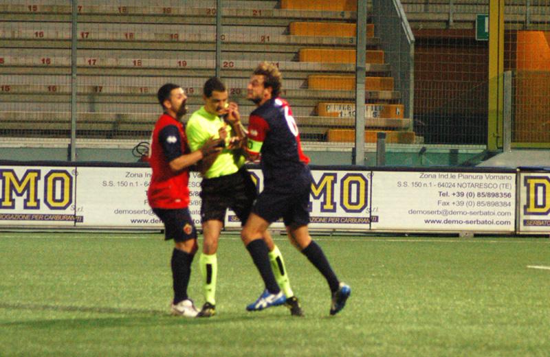 Di Vicino e Mengo protestano vivamente contro l'arbitro Giovani, durante la partita di Teramo (TROIANI)