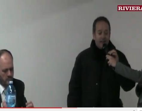 Il sindaco Gaspari risponde ad un residente di via Lombroso durante l'incontro a Marina di Sotto