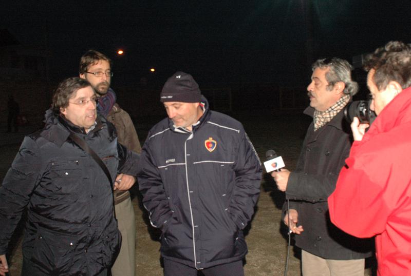 Città Sant'Angelo, Giudici e Pignotti con i giornalisti: dopo pochi istanti verrà ufficializzato l'addio dell'allenatore (foto Troiani)