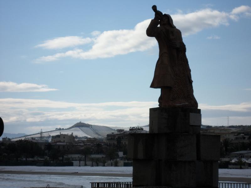 15 dicembre 2010, un risveglio con la neve per il Monumento del Pescatore