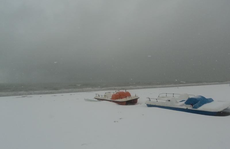 15 dicembre, mattina: ad Alba Adriatica pedalò coperti dalla neve