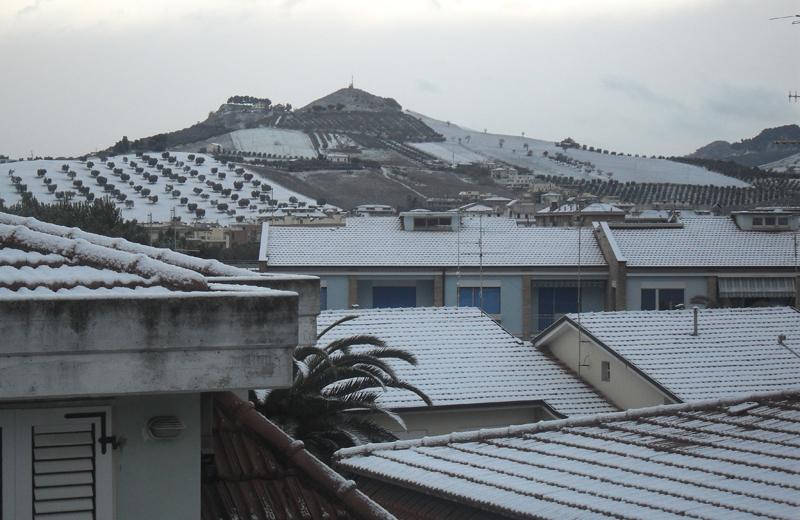 16 dicembre 2010: tetti e colline ancora coperte di neve al tramonto