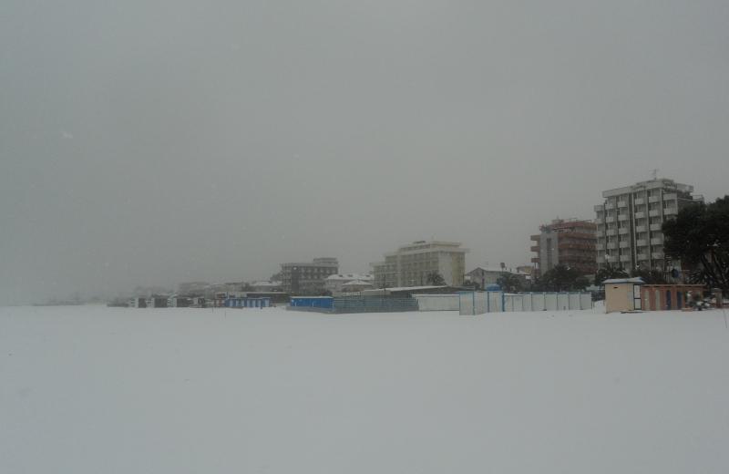 15 dicembre, mattina: la neve copre la spiaggia di Alba Adriatica