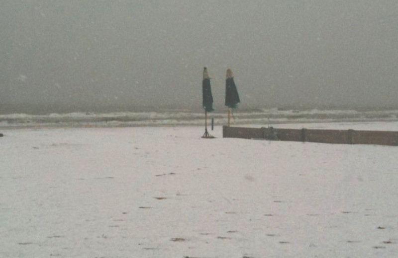 14 dicembre 2010, la neve imbianca la spiaggia di Tortoreto con gli ultimi solitari ombrelloni