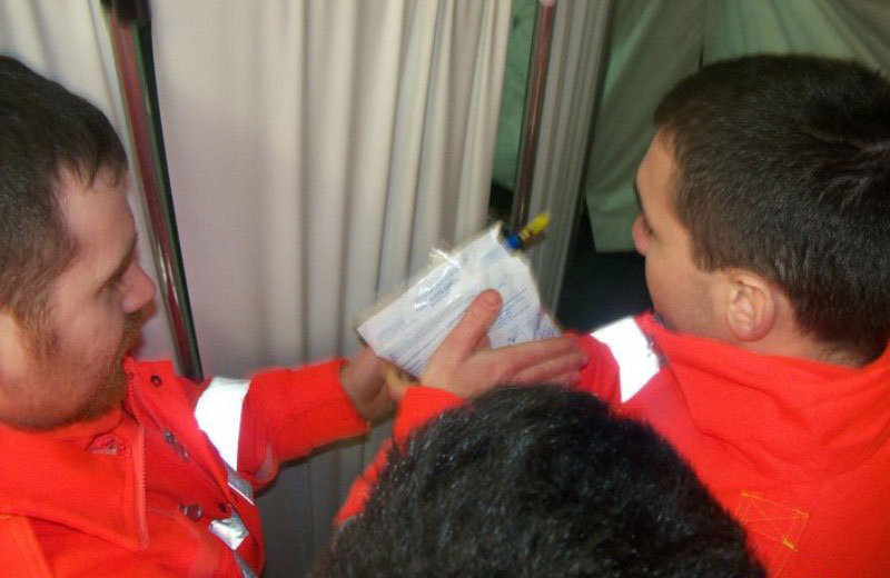 I volontari della Croce Rossa con un alcol test