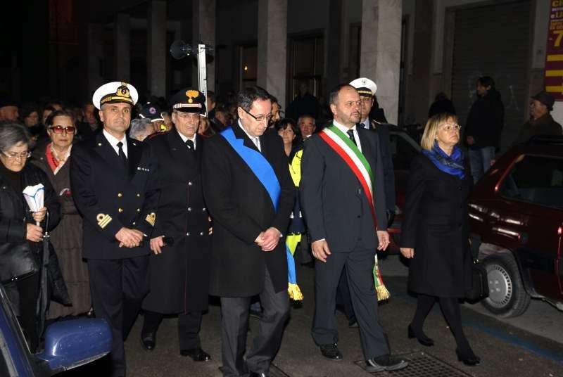 La processione della Madonna della Marina, in prima fila il vicepresidente della Provincia Piunti, il sindaco Gaspari e il presidente del consiglio comunale Giulietta Capriotti (foto Pierdomenico Braccetti)