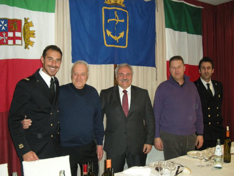 Da sinistra: il comandante Donato Aquilano, il presidente dell'Associazione Nazionale Marinai d'Italia Paolo Bruni, il sindaco Domenico D'Annibali, il comandante del Carabinieri Maurizio Amadio e il sergente Andrea Bottazzo