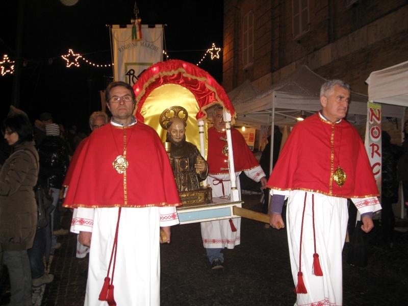 La statua di San Giacomo portata in processione