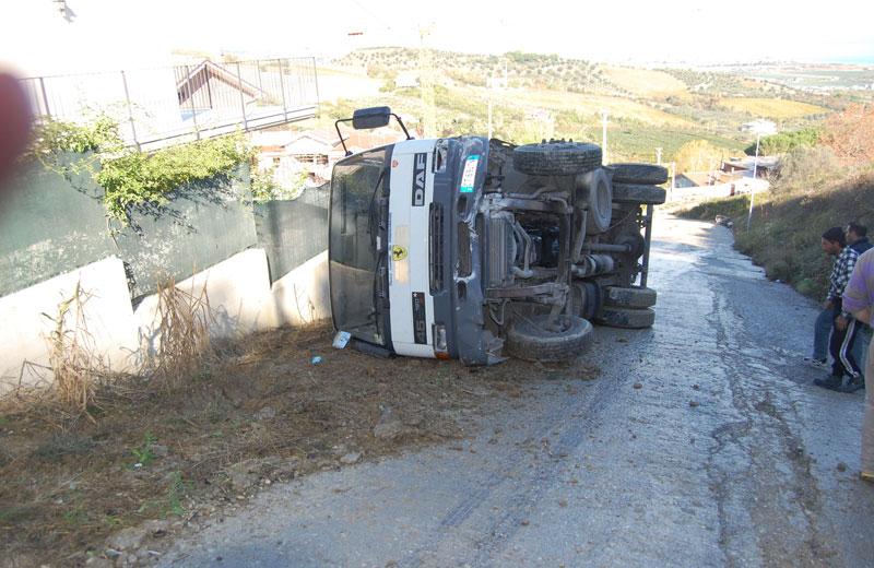 Il camion ribaltatosi lo scorso 14 novembre nella strada che porta in contrada San Martino a Colonnella