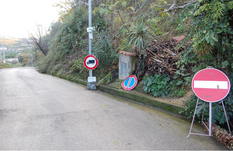 I divieti apposti all'ingresso della strada che porta in contrada San Martino