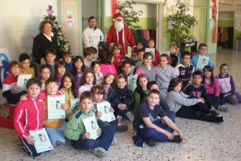 Gli alunni delle scuole elementari con Giacinta Maoloni e Don Francesco Ciabattoni