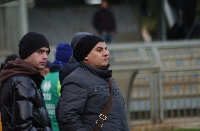 Spina a bordo campo assiste con la consueta trepidazione a Samb-Rimini: in testa calza un cappellino che si