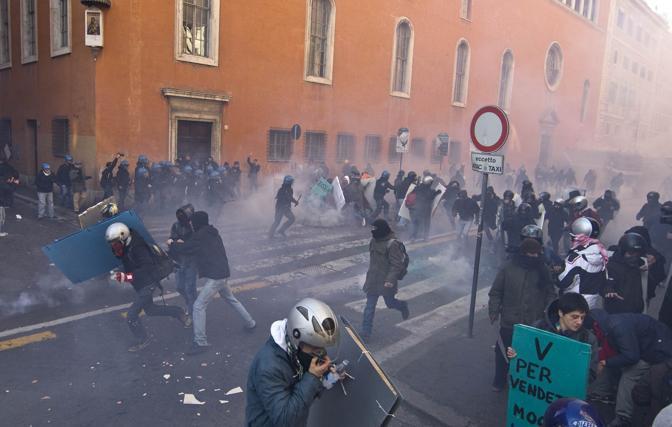 14 dicembre 2010, scontri a Roma tra studenti e forze dell'ordine (corriere.it)