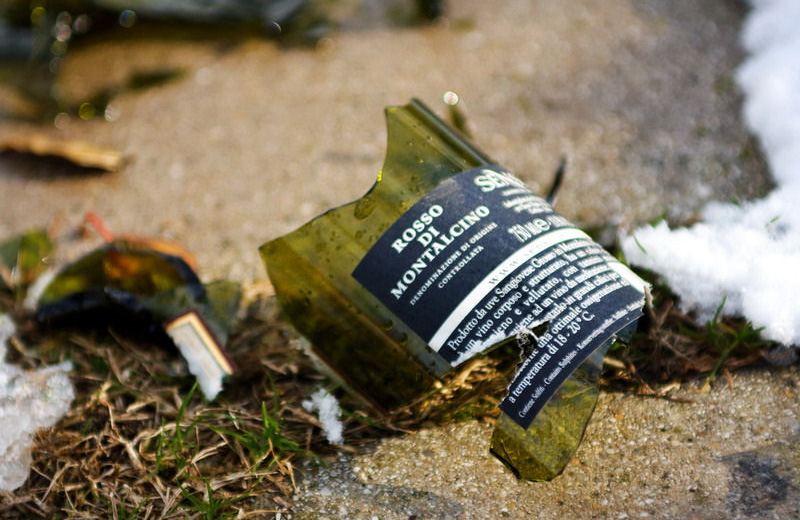 Bottiglie rotte nel parco giochi del Tempo Libero