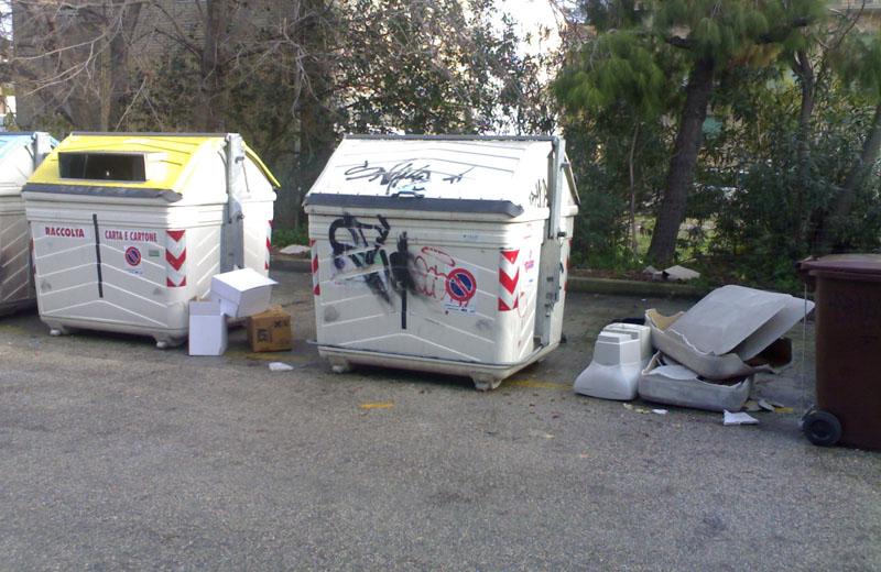 20 dicembre 2010, Zona Cerboni, rifiuti abbandonati sulla strada