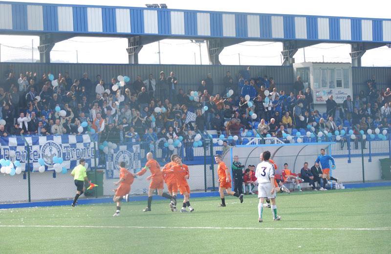 Tifosi del Fronte Tronto durante una partita del Martinsicuro