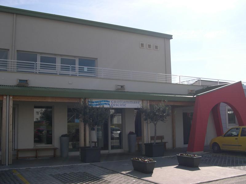 L'ingresso della piscina comunale di Grottammare