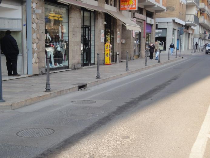 Il lato ovest del marciapiede di Viale De Gasperi