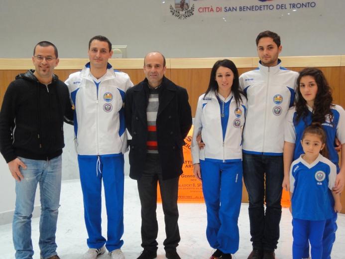 Al centro l'assessore allo Sport Eldo Fanini con alcuni allenatori dell'associazione sportiva Diavoli Verde Rosa e lo speaker di Radio Azzurra Luca Sestili