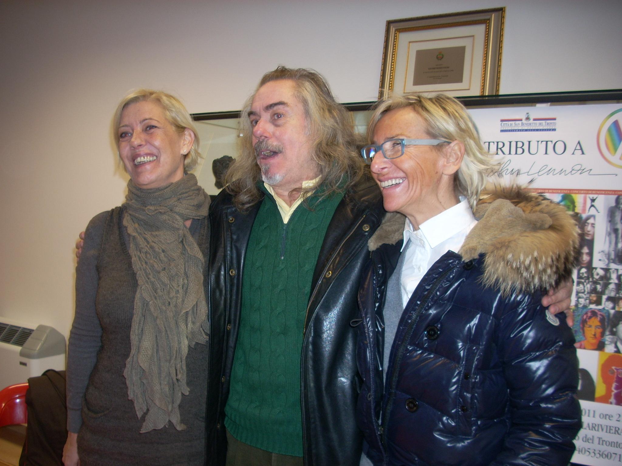 Margherita Sorge con gli organizzatori del Tributo a John Lennon