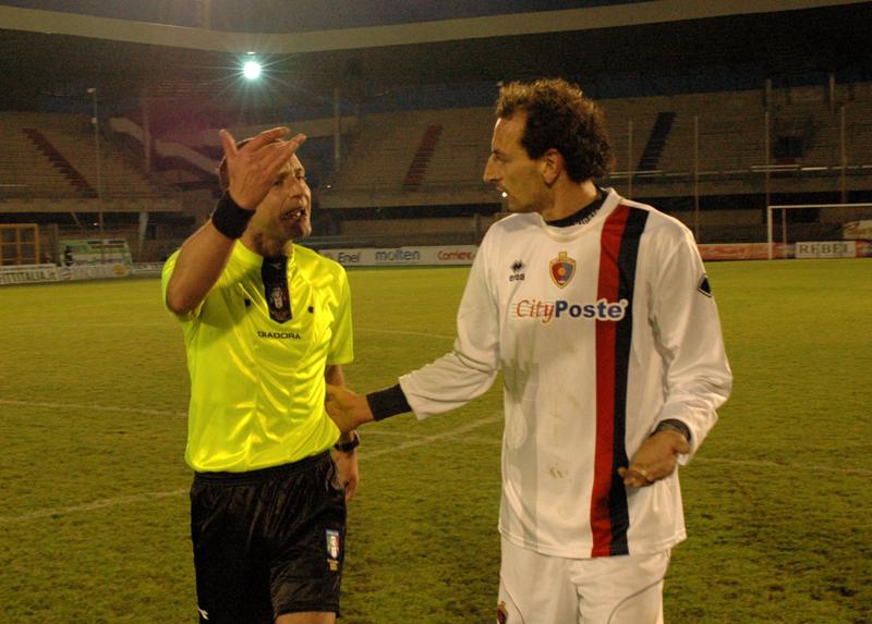 Marco Pulcini, espulso al 94', chiede spiegazioni all'arbitro Lacalamita dopo il concitato fischio finale (foto Troiani)