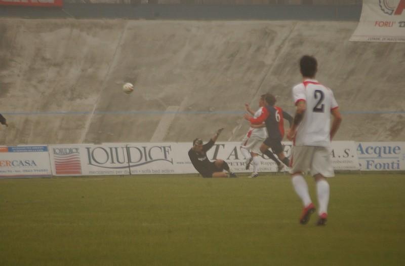 Petrascu parte sul filo del fuorigioco e batte Turbacci in uscita con un pallonetto (foto Troiani)