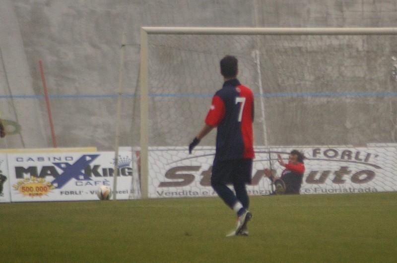 Una immagine emblematica: Mengo rincorre il pallonetto di Petrascu sul secondo gol, ma non riesce a tirarla fuori dalla rete (foto Troiani)
