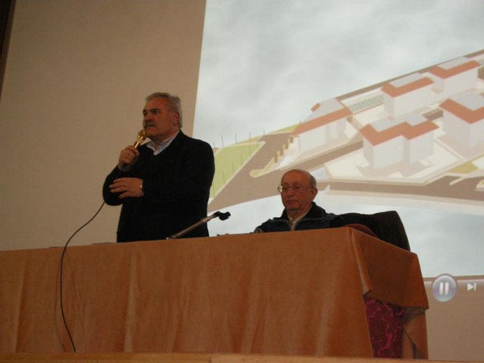 Il sindaco Domenico D'Annibali nel corso dell'intervento al cinema Margherita