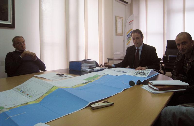 Massimo Vagnoni e il sindaco Di Salvatore illustrano la Variante al Piano Spiaggia