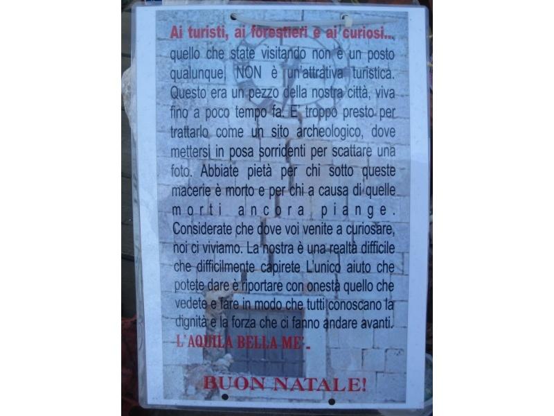L'Aquila, un cartello trovato in piazza 6 Aprile