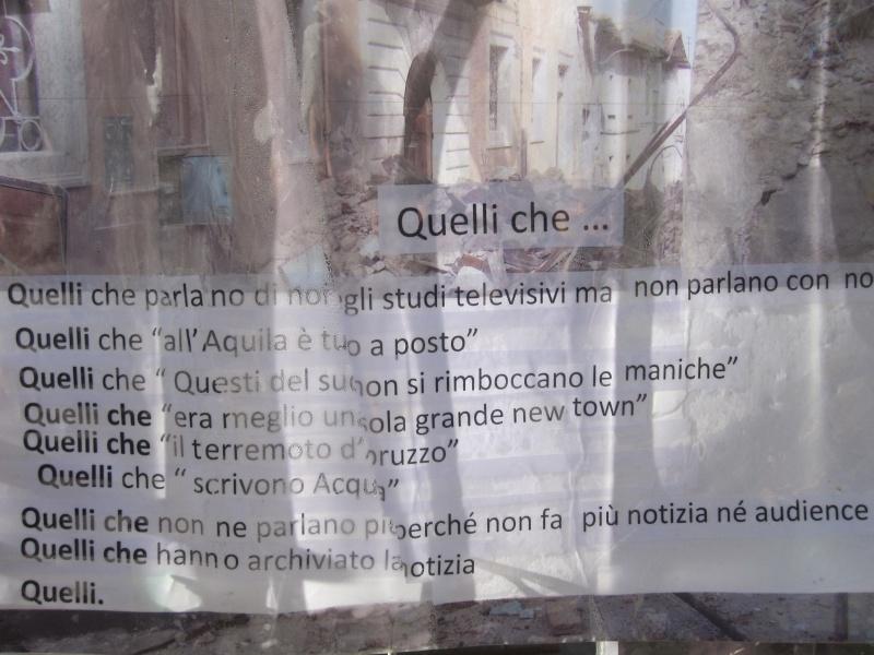 L'Aquila. Cartelli in giro per la città